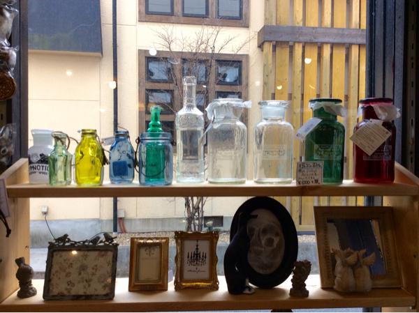 春の光とガラスの小瓶